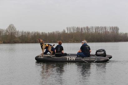 DRV e.V. Ausbildung Wasserortung Hund im Boot mit zwei Hundeführern